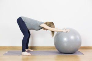 ćwiczenia z piłką - rozluźnianie odcinka lędźwiowego i mobilizacja miednicy