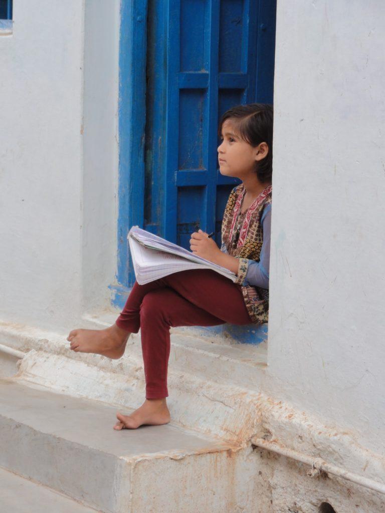 Dziewczynka naprzedmieściach Udaipuru, Indie