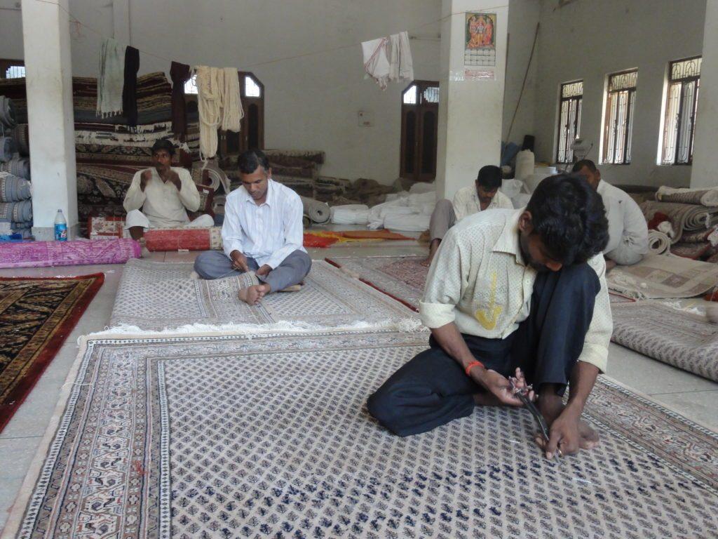 Pracownicy fabryki dywanów wIndiach