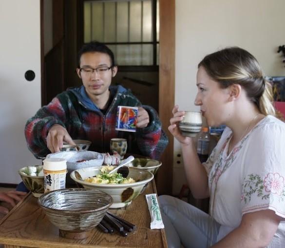 śniadanie wJaponii jemy naniskim stoliku siedząc napodłodze