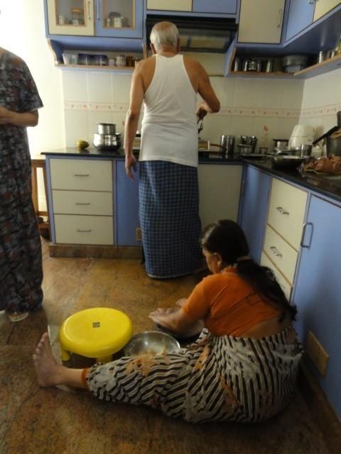 Przygotowanie posiłki windyjskim domu napodłodze