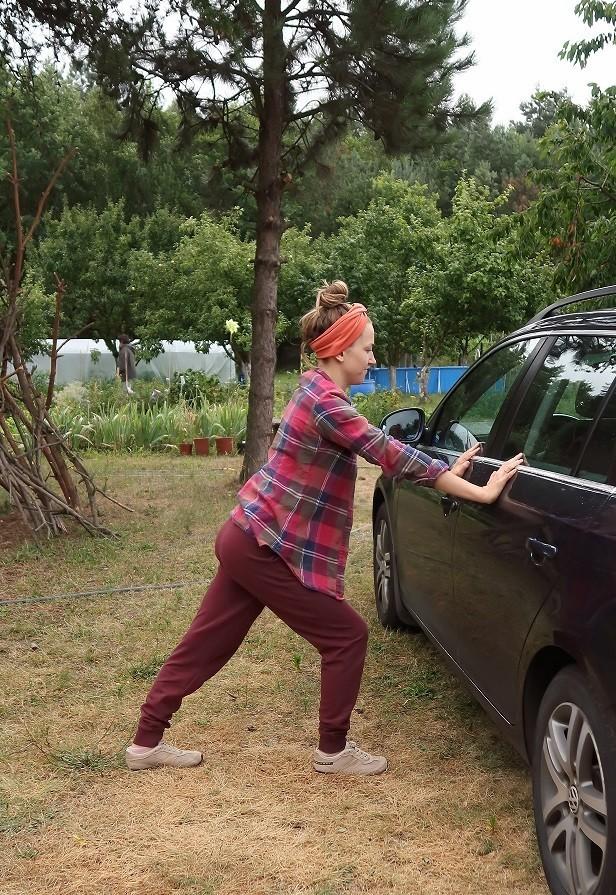 rozciąganie łydki przy samochodzie