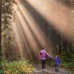 Mam z córką idą przez las